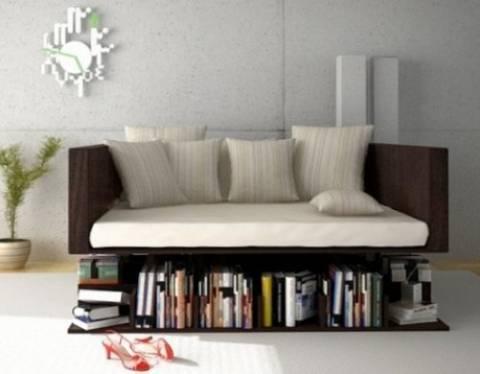Un divano e una libreria per arredare il soggiorno