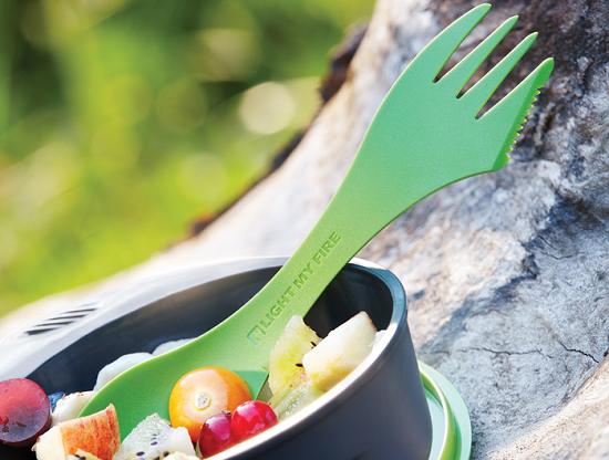 Spork, una forchetta, un cucchiaio, un coltello