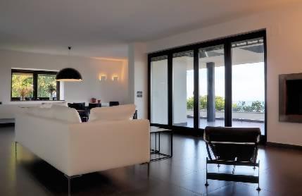Spi finestre intelligenti ed ecologiche per la tua casa for Case con vetrate